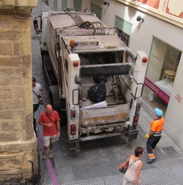 Camión de basuras de servicios mínimos en Cádiz