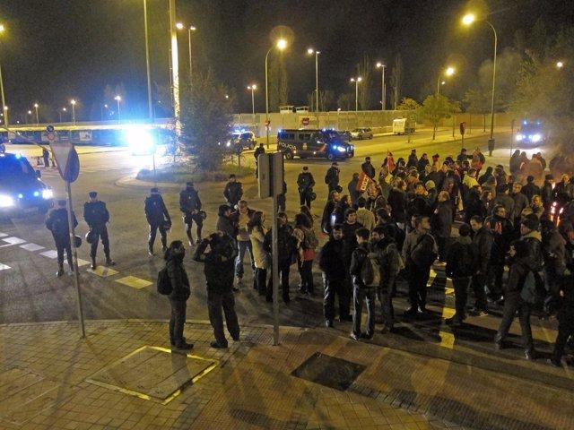 Grupo de manifestantes en las cocheras de EMT en Carabanchel