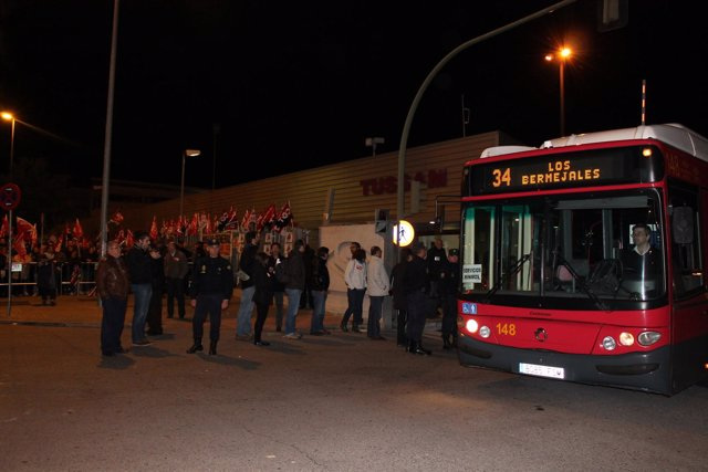 Salida de los servicios mínimos de Tussam por la huelga del 14 de noviembre