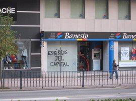 Las oficinas bancarias amanecen con pintadas y los comercios, con pegatinas del 14N