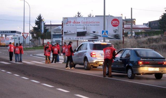 Piquetes en los accesos al Polígono de los Villares en Salamanca