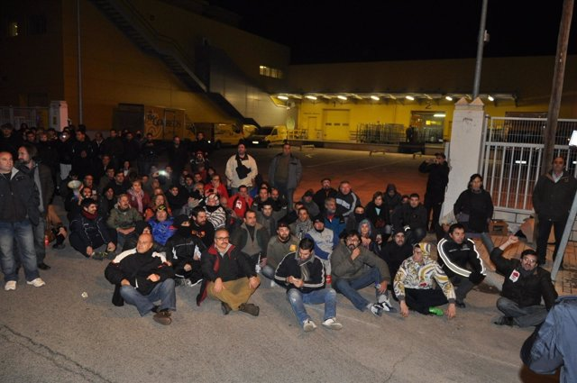 Piquete informativo durante la 'sentada' a las puertas del CTP de Correos.