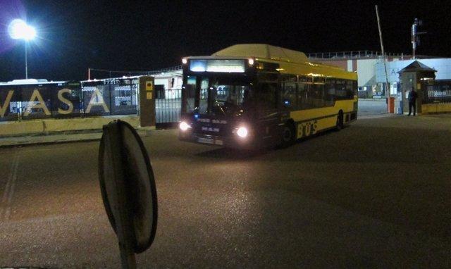 Un autobús sale de las cocheras de Auvasa
