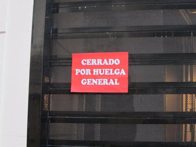 Numerosos comercios han amanecido con pegatinas de cerrado por huelga