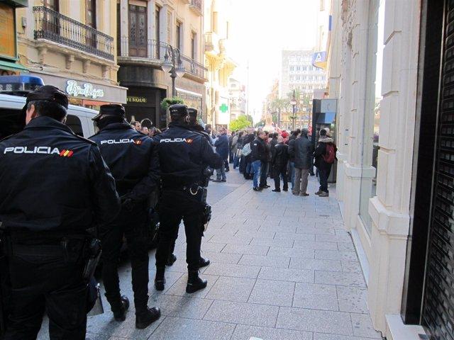 Policías observan la acción de un piquete informativo en el centro de Córdoba