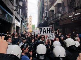 Antidisturbios forcejean con decenas de manifestantes en la calle Trapería de Murcia