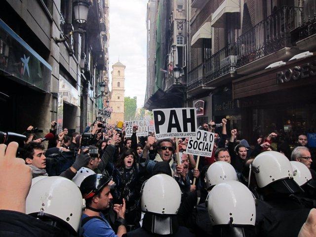 Imagen del momento en el que los antidisturbios forcejean con los manifestantes