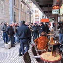 Piquetes frente a una cafetería abierta en Oviedo