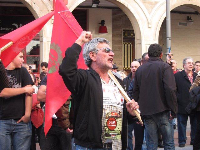 Un hombre se manifiesta frente a la sede la Subdelegación en Huelva.