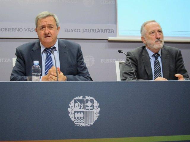 Carlos Aguirre (en el centro).