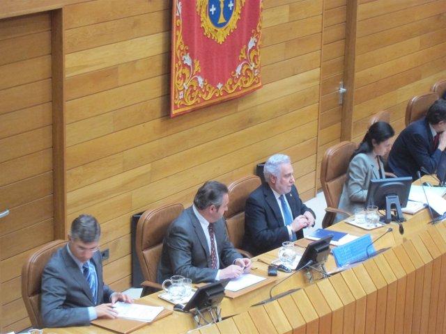 Miguel Santalices y Balseiro en la Mesa del Parlamento junto a Pilar Rojo