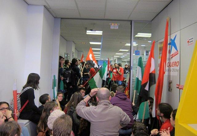 Unas 40 personas durante la ocupación de la oficina de La Caixa.