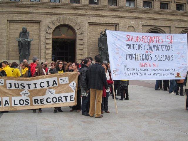Pancarta contra los recortes frente al Ayuntamiento de Zaragoza