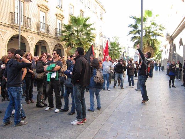 Manifestantes en las calles de Huelva por la huelga general.