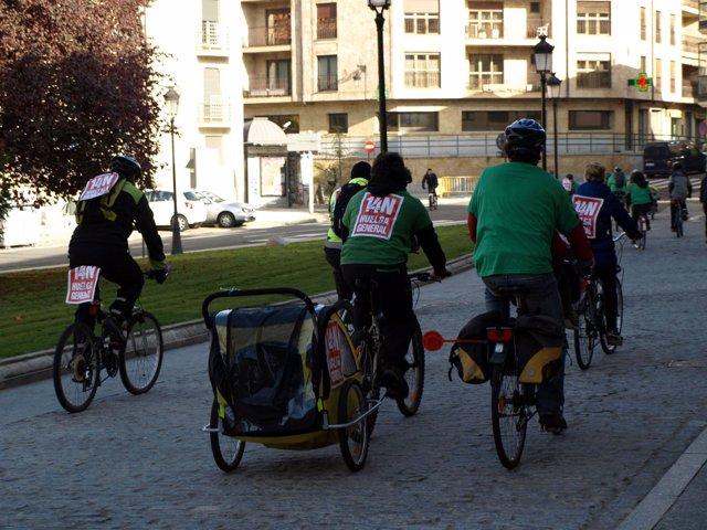 Ciudadanos en bicicleta por Salamanca con carteles de apoyo a la huelga general