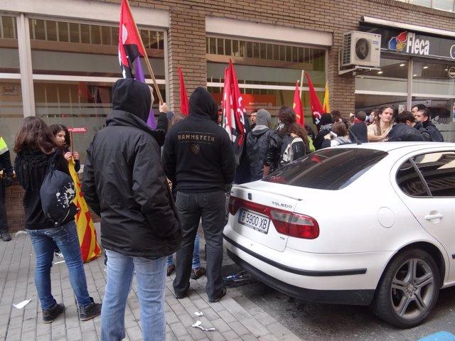 Jóvenes increpan al alcalde de Badalona X.García Albiol en la huelga 14N