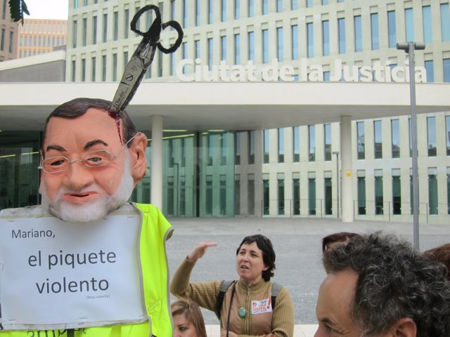 Piquetes ante la Ciudad de la Justicia con un muñeco de Rajoy