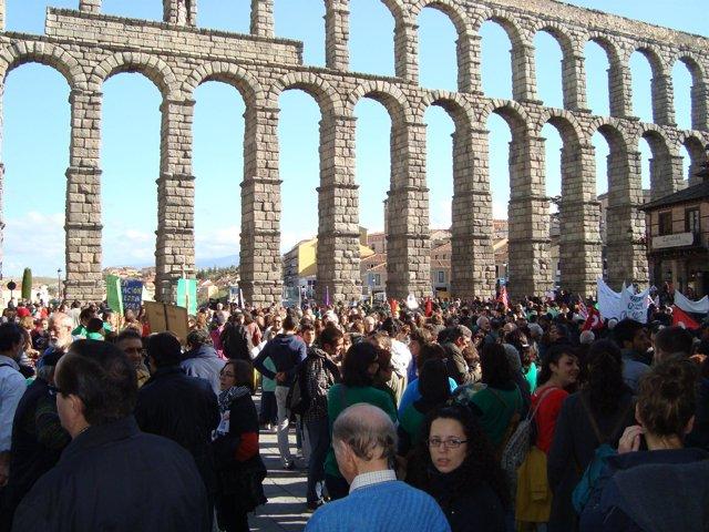 Decenas de personas se concentran en el Acueducto.