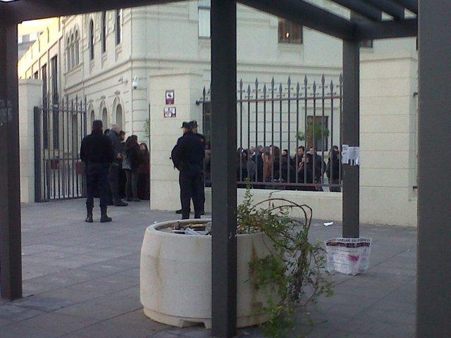 Concentración a las puertas del campus de Ramón y Cajal