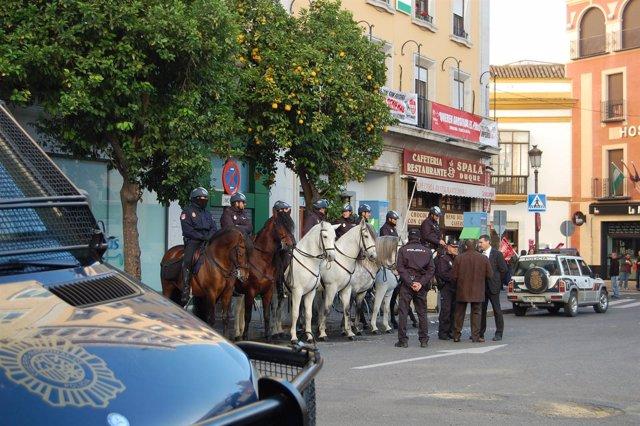 La Policía a caballo en la plaza del Duque.