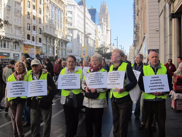 El grupo de 'yayoflautas' a su paso por Gran Vía con Callao