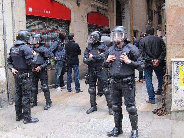 Cordón policial durante identificaciones de Mossos