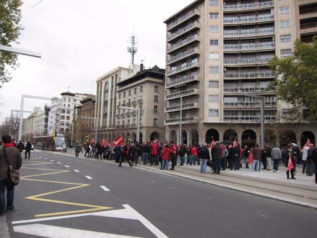 Tranvía y tráfico cortado en Zaragoza por manifestantes de la huelga general