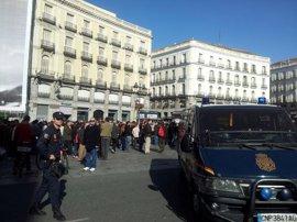 La Policía carga contra los manifestantes en la salida de la calle Alcalá al Paseo del Prado