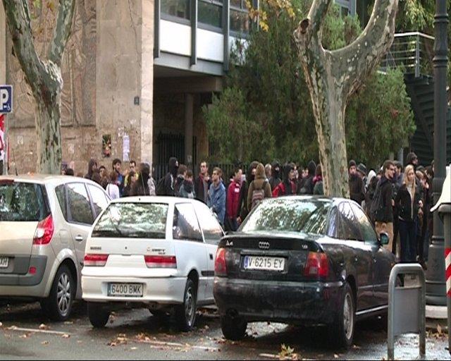 Estudiantes A Las Puertas De Una Facultad En Valencia