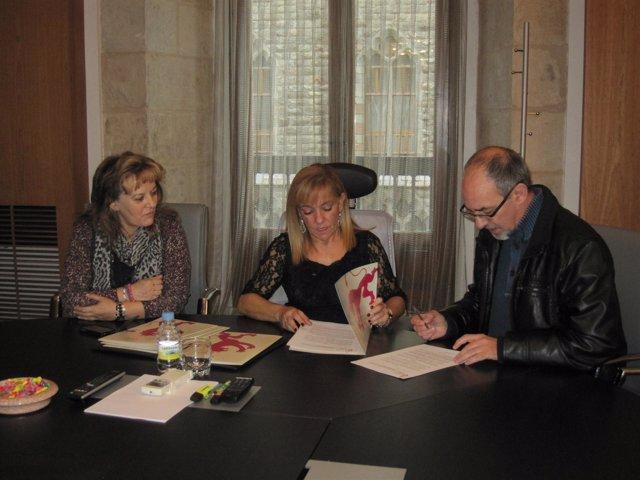 Carrasco (C) firma con Proyecto Hombre