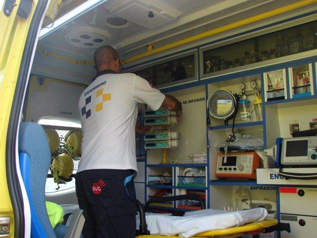 Un enfermero del SUC en una ambulancia sanitarizada