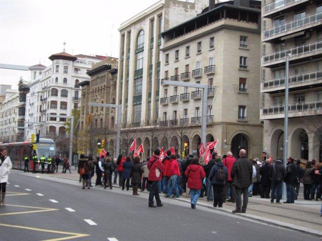 Tranvía de Zaragoza cortado por manifestantes en la huelga general