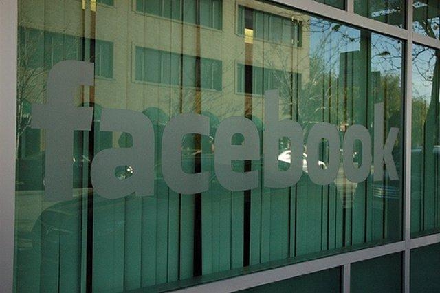 Facebook logo en ventana