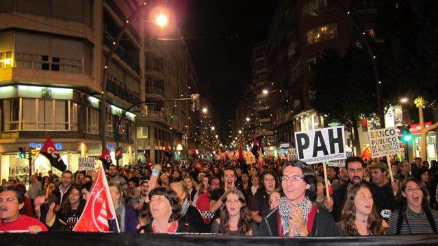"""Miles de personas se manifiestan al grito de """"ni un paso atrás"""""""