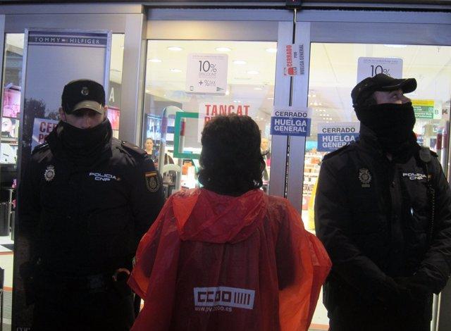 Un Piquete Frente A Dos Agentes De Policía