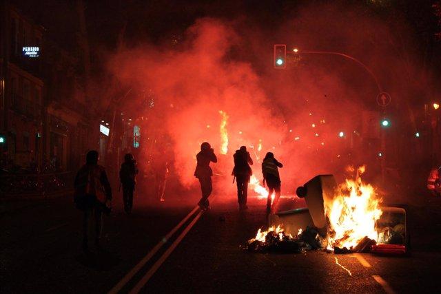 Grupos de personas dispersos por las calles de Madrid han levantado al término d