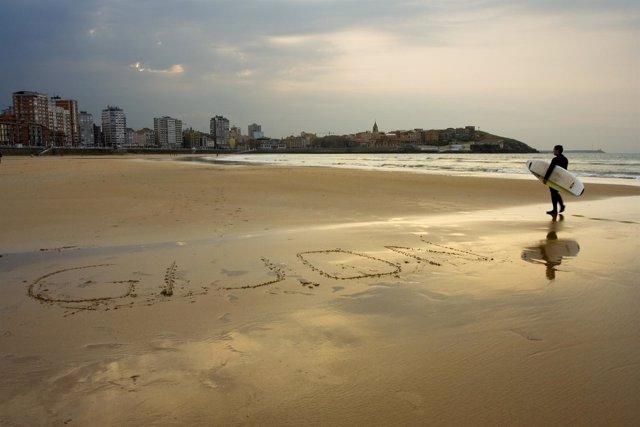 Mensaje en la arena.