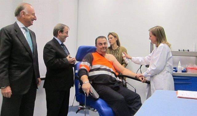 Rafael Aznar (izqda), Rosado y Sánchez de León durante su vista a la APV