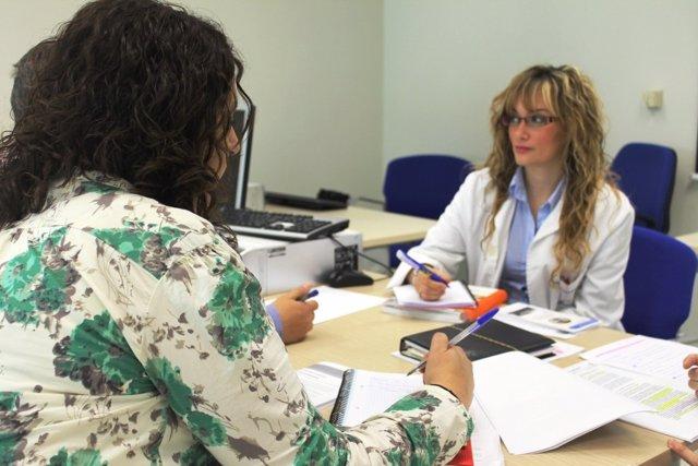 Una Doctora Atiende A Una Paciente En Consulta