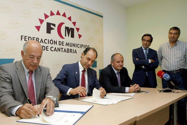Imagen de archivo de Diego Y Vélez firmando un convenio