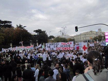 Madrid.- Miles de trabajadores y usuarios de la sanidad recorren Madrid para protestar por los recortes