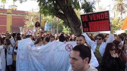 Más de un millar de residentes protestan ante el SAS y cifran en un 90% el seguimiento de la huelga
