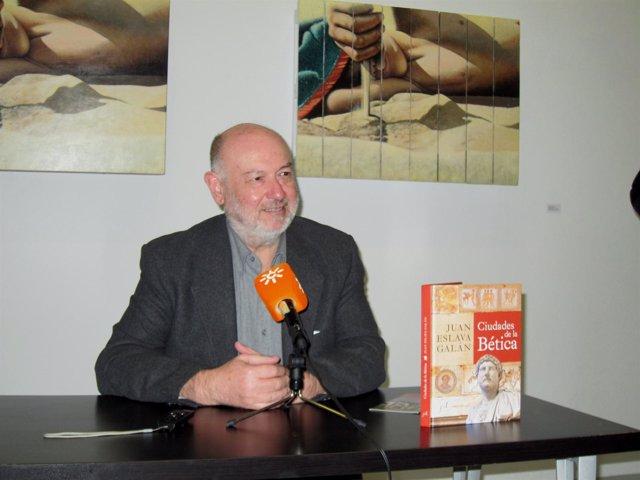 El escritor Juan Eslava Galán en Sevilla