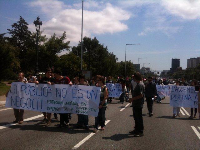 Estudiantes Universitarios Cortan La Diagonal En Protesta Por Los Recortes