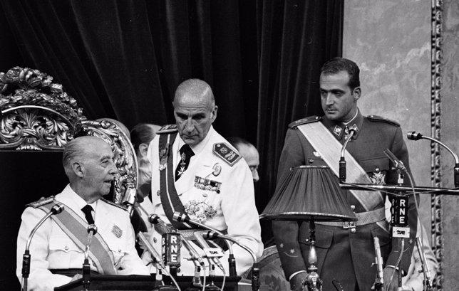 Juan Carlos y Franco en las Cortes - Derechos reservados. Se autoriza el uso únicamente para la difusión del libro