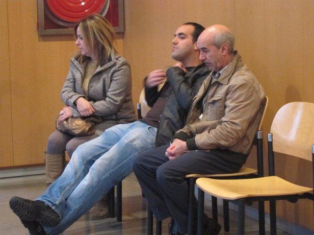 El acusado acompañado de familiares.