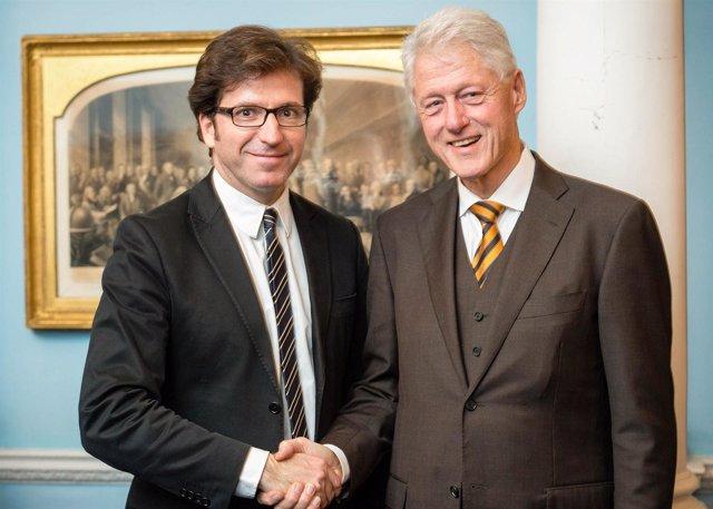 El expresidente Bill Clinton con el diputado Moscoso