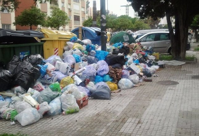 Basura que continúa acumulada en Jerez este lunes