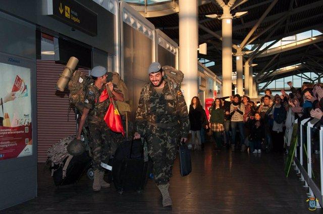 Militares a su llegada al Aeropuerto de Zaragoza tras participar en una misión