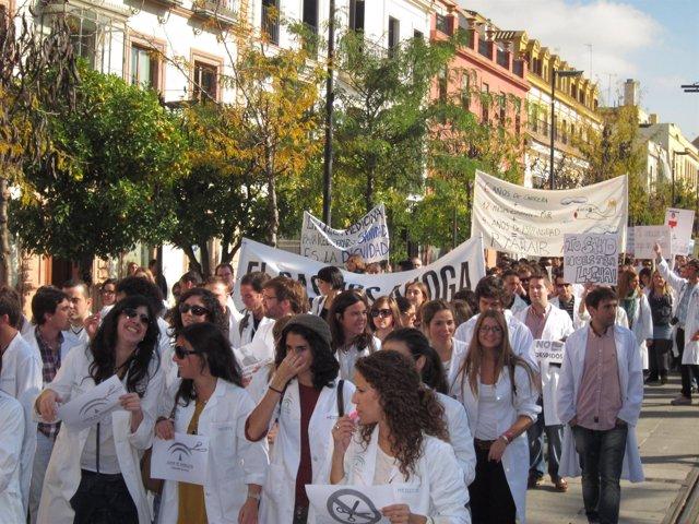 Sanitarios residentes protestando en Sevilla en su huelga indefinida